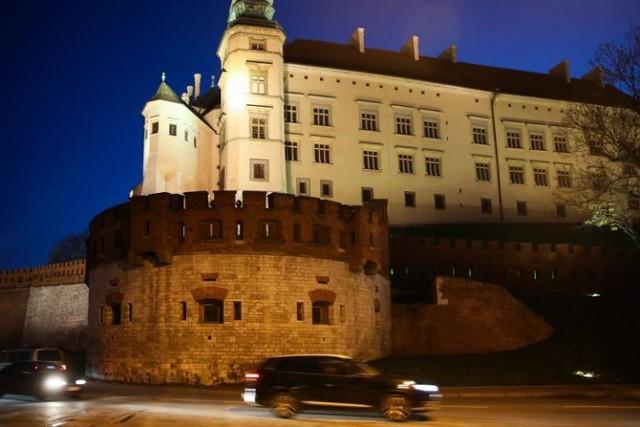 Zamek Królewski na Wawelu – zamek obronno-rezydencyjny i znajduję się w samym sercu Krakowa, na Wawelu, o powierzchni 7040 m² z 71 salami wystawowymi. Zamek był na przestrzeni wieków wielokrotnie rozbudowywany i odnawiany.  Udając się na Zamek warto zwiedzić Reprezentacyjne Komnaty Królewskie, Skarbiec Koronny i Zbrojownia, Sztuka Wschodu. Namioty tureckie. Będąc na Wawelu można zachwycić się Ogrodami Królewskimi czy Basztą Sandomierską.  Cennik: Ceny za bilety wstępu zależne są od dnia tygodnia oraz od miejsca, zwiedzania. Poniedziałek jest dniem darmowego wstępu.