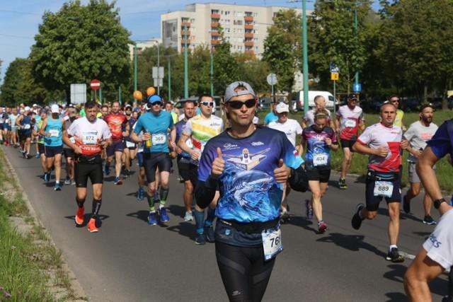Na starcie IX Tyskiego Półmaratonu stanęło ponad tysiąc biegaczy     Zobacz kolejne zdjęcia. Przesuwaj zdjęcia w prawo - naciśnij strzałkę lub przycisk NASTĘPNE