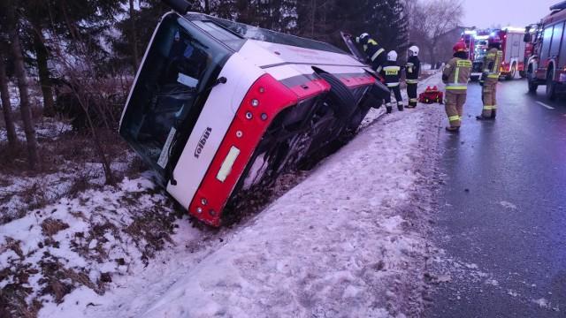 Autobus wpadł do rowu w Wilczynie