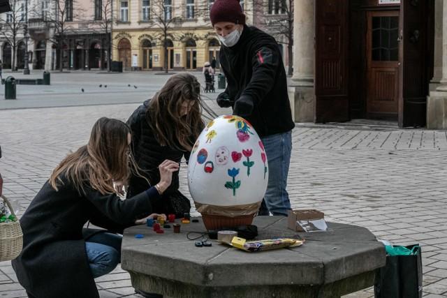 Malowanie wielkich jaj na krakowskim Rynku