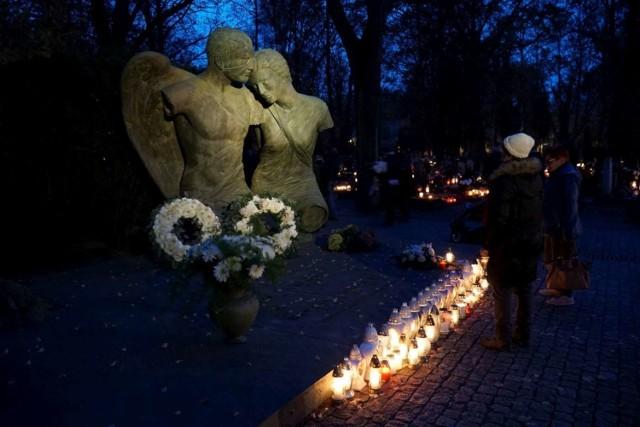Jan Kulczyk zmarł niespodziewanie 29 lipca 2015 r. Spoczął w rodzinnym grobowcu, w którym wcześniej pochowano jego ojca na cmentarzu przy ul. Nowina na poznańskich Jeżycach. Co roku w dniu Wszystkich Świętych, przed grobowcem i ustawionymi tu rzeźbami Igora Mitoraja nie brakuje zapalonych zniczy.   Zobacz więcej zdjęć ---->