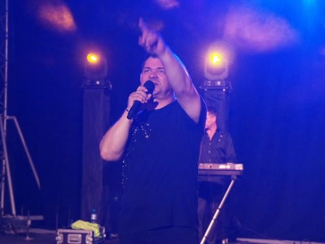 We wtorkowy wieczór na scenie amfiteatru w Kołobrzegu wystąpili Zenek Martyniuk oraz Dominik Bajorek.