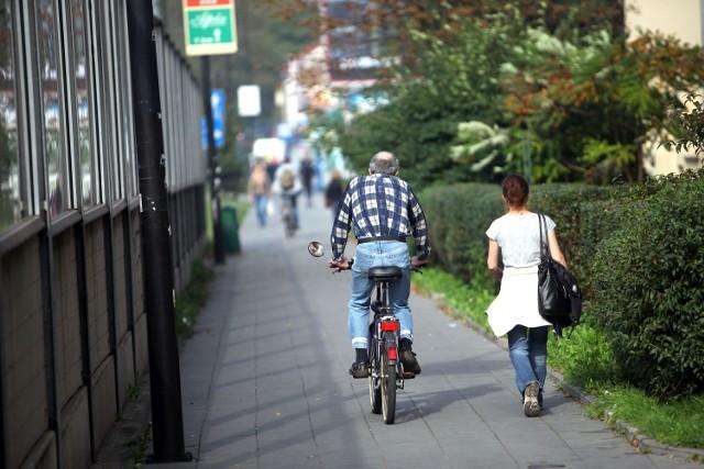 Przy al. 29 Listopada dochodzi do sporów pieszych i rowerzystów