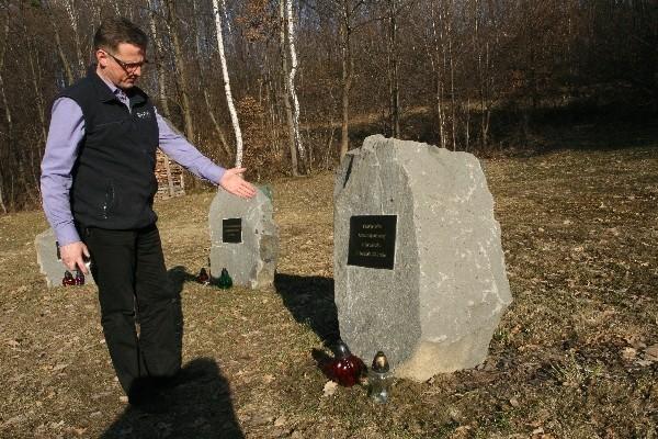 Radny Artur Czernecki występuje o pilne osuszenie terenu będącego miejscem pamięci