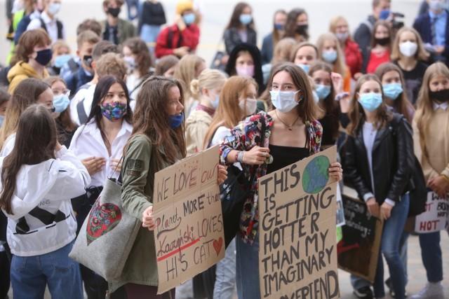 Młodzieżowy Strajk Klimatyczny w Katowicach.  Zobacz kolejne zdjęcia. Przesuwaj zdjęcia w prawo - naciśnij strzałkę lub przycisk NASTĘPNE