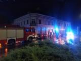 Wypadek na skrzyżowaniu ulic Piłsudskiego i św. Anny w Brzezinach. Jedno z aut uderzyło w budynek