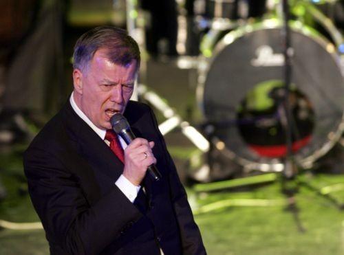 Profesor Jan Miodek lubi śpiewać i chętnie wspiera przedsięwzięcia charytatywne.