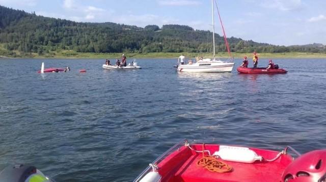 Akcja ratunkowa na Jeziorze Mucharskim. Cała rodzina, w tym troje dzieci, znalazła się w wodzie. Uratował ich przypadek. W pobliżu akurat ćwiczyli ratowncy wodni  z Oświęcimia