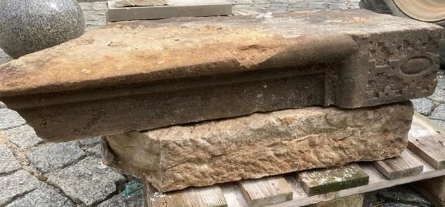 """- Odkryte pozostałości schodów do bytomskiego ratusza są to jedyne renesansowe stopnie o płaskorzeźbionej dekoracji na terenie dzisiejszego województwa lubuskiego - poinformował Lubuski Wojewódzki Konserwator Zabytków. Kliknij w przycisk """"zobacz galerię"""" i przesuwaj zdjęcia w prawo - naciśnij strzałkę lub przycisk NASTĘPNE"""