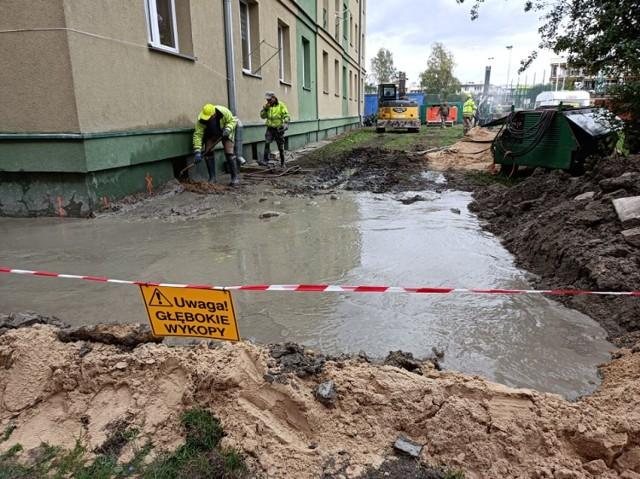 Osiadają fundamenty starego bloku przy ul. Broniewskiego w Piotrkowie. Przyczyną budowa nowych bloków na osiedlu?