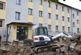 W Rybniku-Chwałowicach dzieci pójdą 1 września do szkoły w kaloszach. Plac przed szkołą to wciąż plac budowy