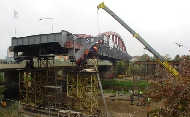7 grudnia 2007 r. otwarto most Jordana, który połączył Ostrów Tumski ze Śródką. Warto przypomnieć, że do jego budowy wykorzystano stare przęsło mostu Rocha, które przetransportowano najpierw Wartą , a później przesuwano po brzegach Cybiny i przeniesiono nad mostem Mieszka I. Jak przeniesiono 360-tonowe nad innym mostem? Była to jedna z najefektowniejszych operacji budowlanych w historii Poznania. Przypominamy tę historię na archiwalnych zdjęciach.   Zobacz zdjęcia  ---->