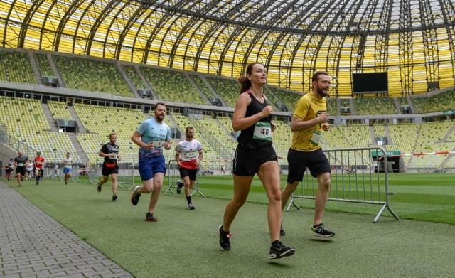 Biegowe zawody na stadionie w Gdańsku na dystansie 5 km (10.07.2021)