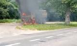 Samochód ciężarowy z drzewem stanął w płomieniach! Zobaczcie nagranie!