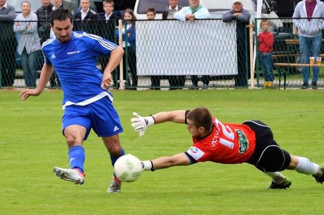 Adam Żmuda zdobywa drugiego gola dla Niwy w meczu przeciwko Victorii 1918 Jaworzno.