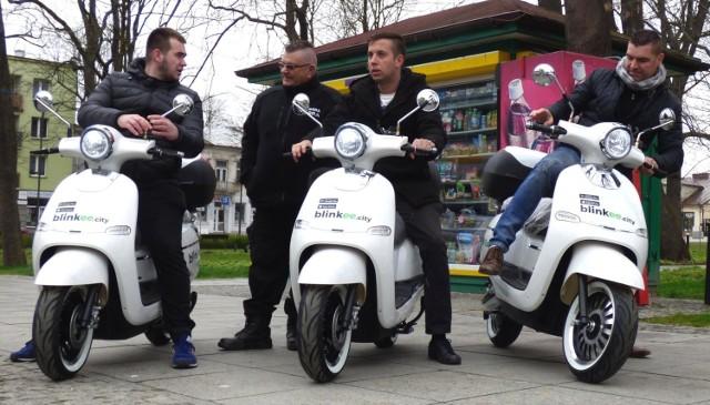 Elektryczne skutery blinkee pojawiły się w Busku-Zdroju. Pierwsza prezentacja odbyła się w piątek na rynku miasta.