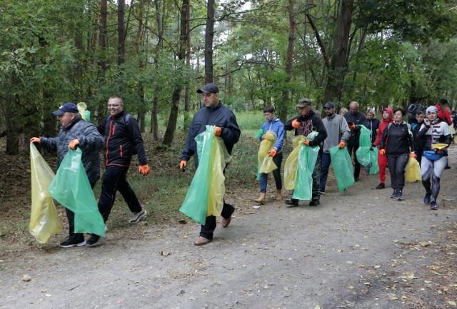 W Grudziądzu w niedzielne przedpołudnie trwała zbiórka śmieci w pięciu lokalizacjach na terenie miasta, m.in. w Lesie Świętopełka