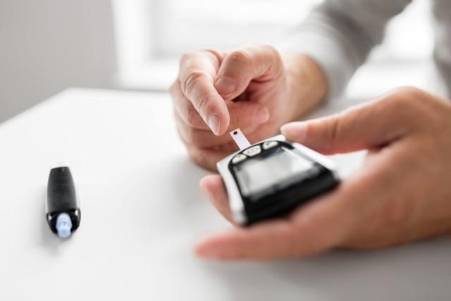 Leczenie cukrzycy polega na normowaniu zbyt wysokiego stężenia glukozy we krwi – parametru, który mierzy się za pomocą urządzeń zwanych glukometrami.