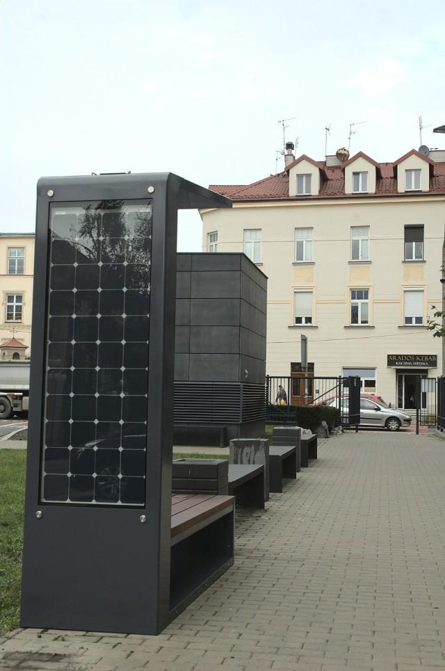 Studenci Akademii Górniczo-Hutniczej w Krakowie zaprojektowali i zbudowali ławkę fotowoltaiczną. To pierwsza taka ławka na kampusie tej uczelni
