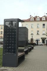 Kraków. Na kampusie AGH stanęła fotowoltaiczna ławka, która ładuje komórki, a wieczorem włącza swoje oświetlenie