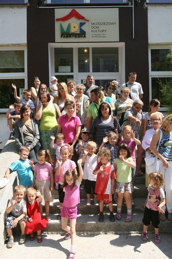 Rodzice przedszkolaków czekają na spotkanie z dyrektorką