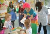 Terapia śmiechem w Mazowieckim Szpitalu Specjalistycznym w Radomiu. Najmłodszych pacjentów leczył doktor Clown. Były prezenty i zabawy