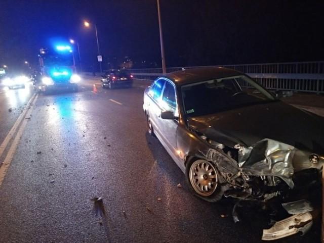 """Do zdarzenia doszło w piątek, 1 listopada, na Trasie Nadwarciańskiej w Gorzowie. Kierujący bmw uderzył autokar.   Kierujący bmw młody mężczyzna z niewyjaśnionych jeszcze przyczyn wpadł w poślizg w wyniku czego jego samochód uderzył w bok jadącego autokaru.   Na miejsce dojechały wezwane służby ratunkowe. Drogę zabezpieczyła gorzowska straż pożarna. Kierowcą i pasażerem bmw zajęły się ekipy karetek pogotowia ratunkowego.   Gorzowska policja wyjaśnia przyczyny oraz okoliczności zdarzenia. Na miejscu wystąpiły utrudnienia w ruchu.  Zobacz również: Trwa policyjna akcja """"Znicz"""". Pierwszego dnia zginęły 4 osoby, a 92 zostały ranne"""