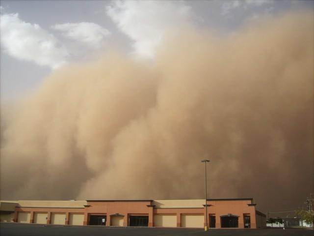 Saharyjski pył dotrze jeszcze dziś nad Polskę. Podobnie było w kwietniu ub. roku. Zobaczcie na kolejnych zdjęciach, jak wyglądają samochody pokryte pyłem znad Sahary