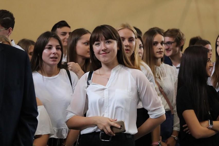 Piękne uczennice liceów z Inowrocławia na rozpoczęciu roku szkolnego [zdjęcia]