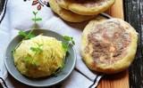 Małopolskie przysmaki: Pyszne moskole z masłem czosnkowo-ziołowym. Jak zrobić moskole?[PRZEPIS]