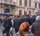 Kraków. Policjanci maszerowali razem z protestującymi? Komenda dementuje: Podczas pracy policjanci nie okazują swoich sympatii