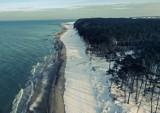 Ale widoki! Największa stuczna plaża w Europie w zimowej scenerii. Zaśnieżony Jarosławiec zachwyca!