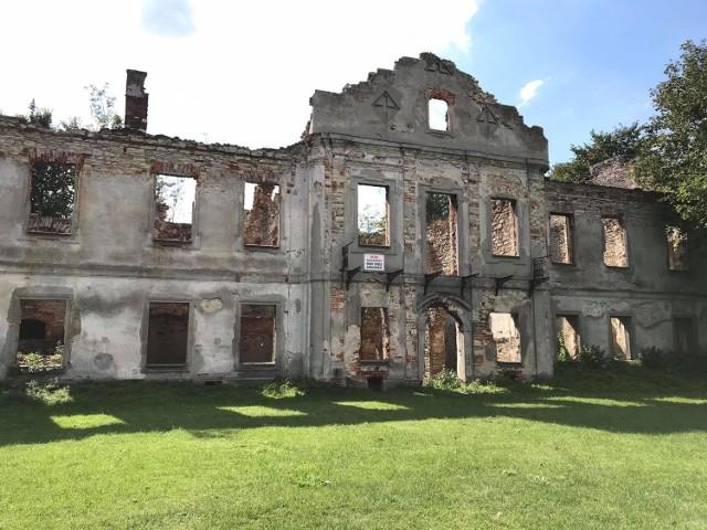 Tak obecnie wyglądają pozostałości po dawnym pałacu we Włodowicach.  Zobacz kolejne zdjęcia. Przesuwaj zdjęcia w prawo - naciśnij strzałkę lub przycisk NASTĘPNE