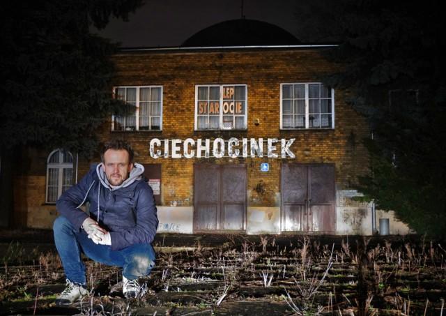 Na kolejnych slajdach znajdziecie zdjęcia reżysera z planu próbnego do nowej realizacji w Ciechocinku
