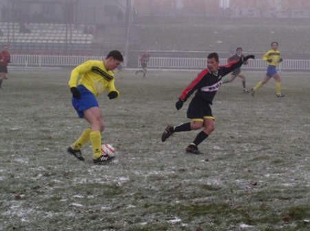 W IV rundzie Chojniczanka pokonała w derby 5:1 Kolejarza Chojnice. Na zdjęciu Andrzej Borowski (z lewej) i Tomasz Fojut.  Fot. Wojciech Piepiorka