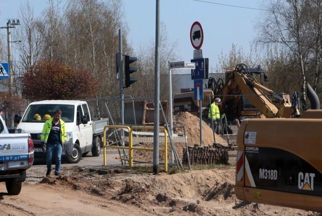 Kierowcy muszą liczyć się z dodatkowym utrudnieniem: zamknięciem zjazdu z ul. Konstytucji 3 Maja w ul. Rakowskiego. To problem dla kierowców z Nowego Rządza.