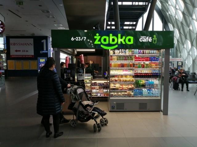 Żabka otworzyła nowy sklep w hali biletowej dworca PKP Poznań Główny. W nowym punkcie sklep ma zaledwie 9 mkw.