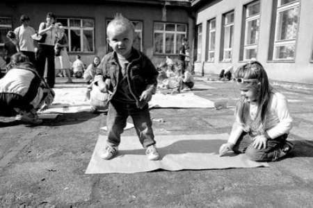 Oskar i Nikola Zawierucha na zabawie integracyjnej malowali ogromne słońce.
