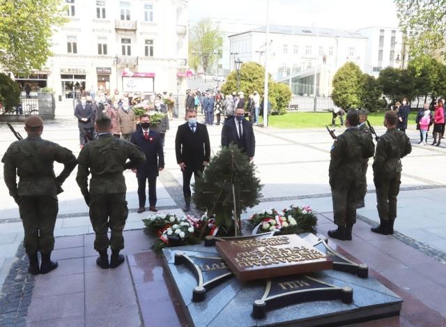 Po mszy za Ojczyznę przedstawiciele władz miasta, ale też samorządu, parlamentarzyści złożyli kwiaty na Płycie Grobu Nieznanego Żołnierza przed kościołem garnizonowym.