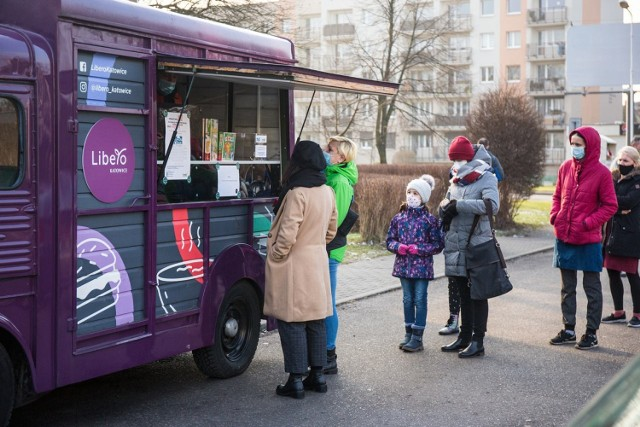 Fioletowa furgonetka Galerii Libero będzie jeździć po Katowicach do 24 stycznia. Rozdaje, za symboliczną złotówkę, gry planszowe.  Zobacz kolejne zdjęcia. Przesuwaj zdjęcia w prawo - naciśnij strzałkę lub przycisk NASTĘPNE