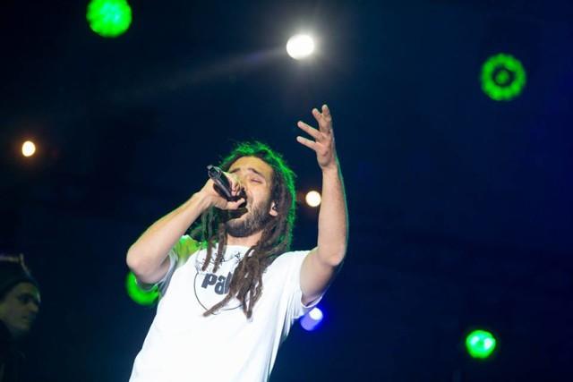 """Wydarzenie rozpocznie się już 7 lipca. Tego dnia o godz. 19.00 zapraszamy na koncert zespołu Coolik. Zespół zainauguruje także XV Międzynarodowy Turniej Koszykówki. Tuż po inauguracyjnym koncercie, o godz. 20.30, wystąpi Mesajah.   Mesajah to wokalista, autor tekstów, producent i kompozytor, związany głównie z muzyką reggae. Jego najnowszy album """"Wolne"""" zdobył uznanie podczas Festiwalu Piosenki Polskiej na Opolu, otrzymał także nominację do Fryderyków 2017 w kategorii """"Album roku muzyka korzeni"""".   Start: 7 lipca, godz. 19 Miejsce: Plac św. Wojciecha, Gniezno Wstęp: wolny"""