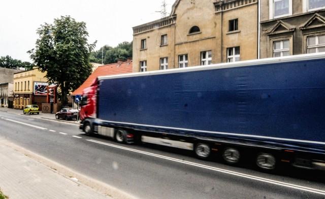 Ile dokładnie mogą zarobić kierowcy ciężarówek? Ile dorabiają do podstawowej pensji? Ile przebywają poza domem? Wiele informacji i danych zdradzamy na kolejnych slajdach.
