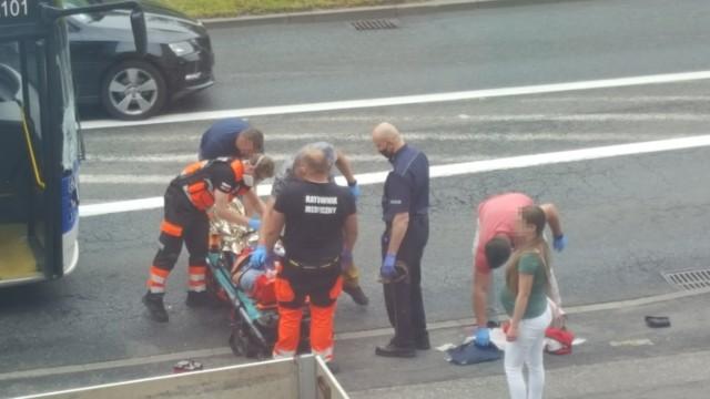 W Bydgoszczy doszło do potrącenia pieszego na pasach przez autobus.