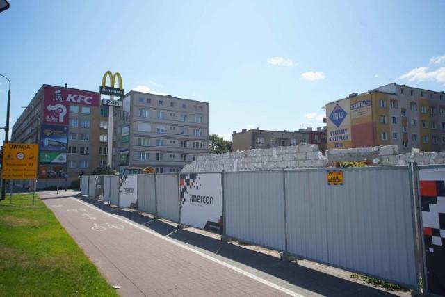 Jedna z najstarszych restauracji McDonald's w Poznaniu mieszcząca się przy ul. Hetmańskiej, przy skrzyżowaniu z ul. Rolną, została rozebrana. Miłośników BigMaców i innych specjałów uspokajamy - wkrótce w tym miejscu powstanie nowy, zmodernizowany lokal słynnej sieci.   Zobacz więcej zdjęć ----->