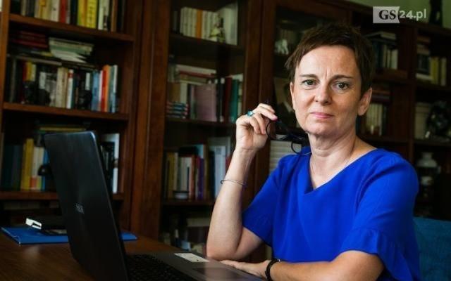 """Głos w sprawie twórców zabrała szczecińska pisarka Inga Iwasiów, która codziennie czyta online swoją książkę """"Na krótko""""."""