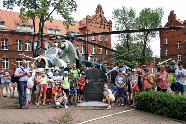 Inowrocławski Oddział PTTK zorganizował Rajd Pieszy Szlakiem Lotnictwa  na Kujawach Zachodnich. Współorganizatorami rajdu byli 56. Baza Lotnicza oraz Aeroklub Kujawski.   Uczestnicy rajdu mieli okazję zwiedzić Aeroklub Kujawski, który w ubiegłym roku świętował swoje 85-lecie istnienia. Z zainteresowaniem grupa wysłuchała historii klubu oraz zapoznała się ze sprzętem będącym na jego wyposażeniu. Ogromnym zainteresowaniem cieszyła się modelarnia, w której znajdowały się makiety samolotów.   Kolejnym przystankiem na trasie rajdu była 56. Baza Lotnicza, gdzie uczestnicy obejrzeli Salę Tradycji oraz śmigłowce: Mi-24 i Mi-2.  W rajdzie uczestniczyła młodzież szkolna z inowrocławskich szkół podstawowych nr: 1, 4, 6, 8, Szkoły Podstawowej Integracyjnej oraz Szkoły Podstawowej ze Złotnik Kujawskich.