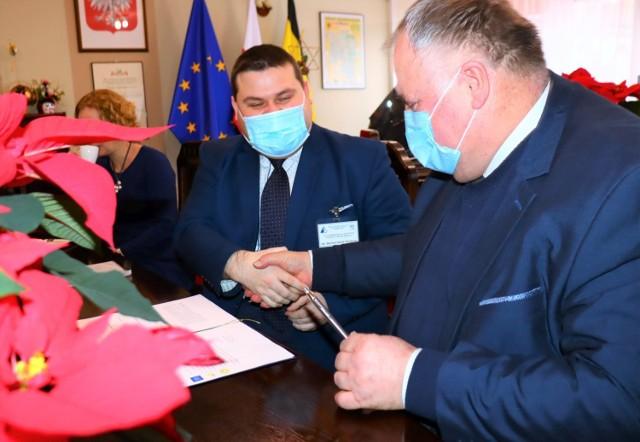 Umowę o współpracy Wyższej Szkoły Przedsiębiorczości i Szpitala Wielospecjalistycznego w Inowrocławiu w sprawie prowadzenia kierunku pielęgniarskiego podpisali ją Bartosz Jakub Myśliwiec (po lewej) i Wiesław Juchacz