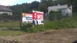 Wojna plakatowa w okręgu rybnickim? Plakat kandydata PiS zasłonił plakat konkurenta. Michał Woś o tym nie wiedział