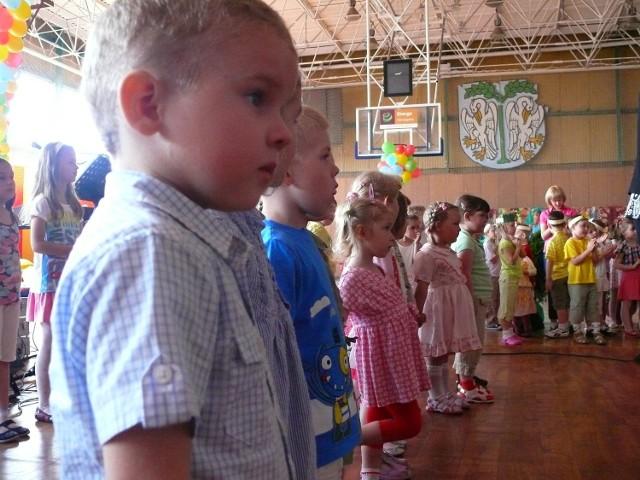 Maluchy recytowały wiersze i śpiewały piosenki poświęcone mamom i tatom