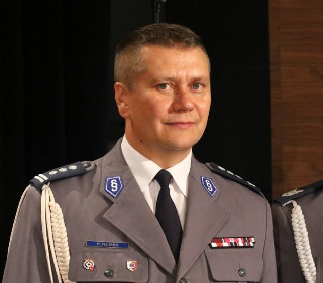 Paweł Filipek urodził się w 1972 r., pochodzi z Kołaczyc. Jest absolwentem Wyższej Szkoły Policji w Szczytnie oraz Wydziału Prawa Uniwersytetu Marii Curie-Skłodowskiej w Lublinie.